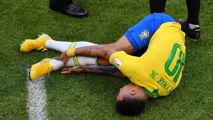 Футболист Неймар пролежал на газоне во время матчей ЧМ уже 14 минут